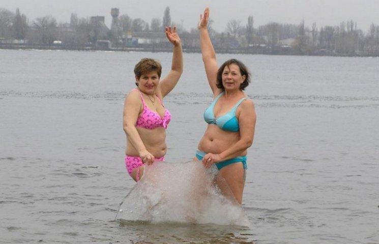"""У Дніпрі """"моржі"""" влаштували сексуальні танці з кригою"""