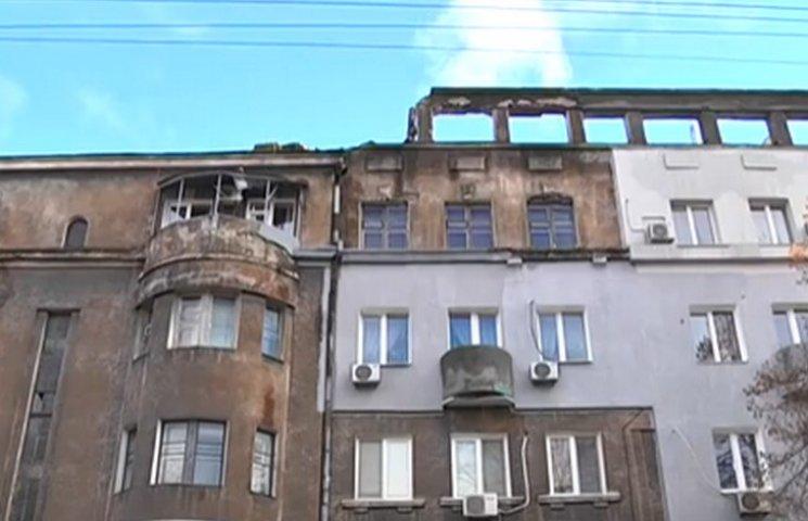 У Дніпрі в старому районі міста руйнується будинок та падає на перехожих