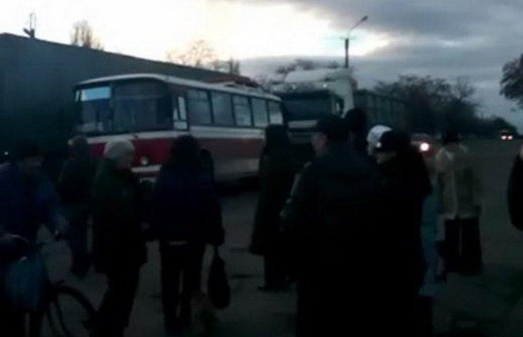 На Днепропетровщине замерзшие горожане перекрыли трассу