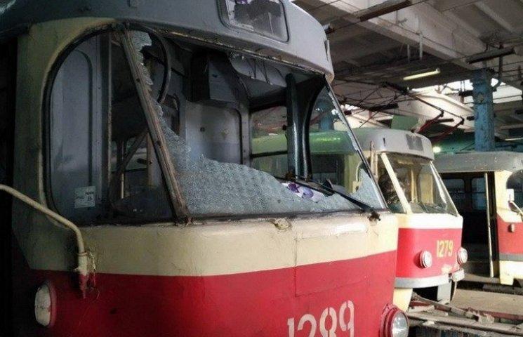 В Днипре полицейские искали пулю в поврежденном трамвае