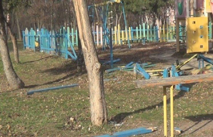"""У центральному парку Нікополя """"розбомбили"""" дитячий майданчик"""