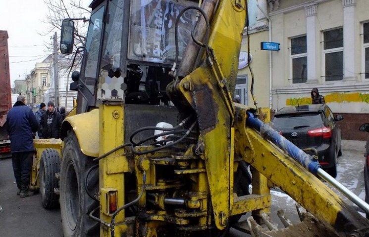 В центрі Дніпра екскаватор-руйнівник зносив автівки на своєму шляху