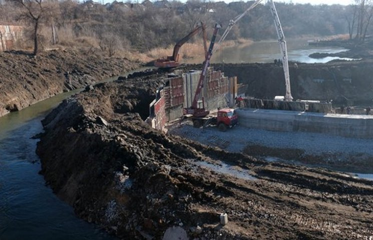 У Кривому Розі завершують будівництво гігантського бетонного шлюзу
