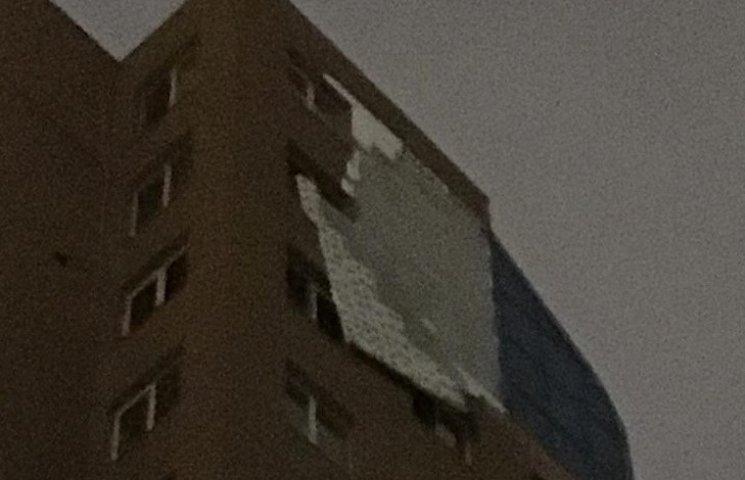 В Днипре сильным ветром повредило многоэтажку