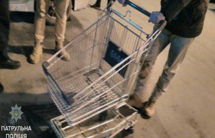 У Дніпрі хлопці на візку з супермаркету каталися по Новому мосту