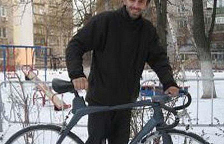 Житель Днипра смастерил первый в Украине деревянный велосипед
