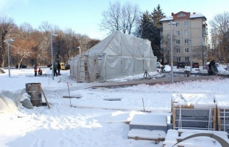 """Теплові гармати й """"буржуйка"""" дозволять побудувати фонтан на площі Костянтина Могилка"""