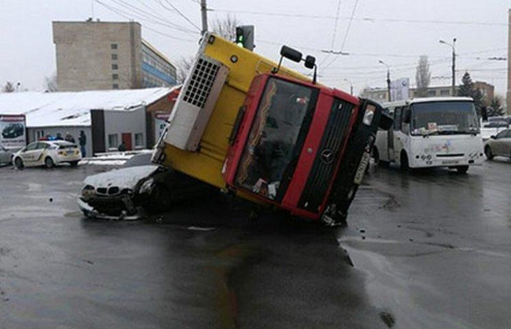 """У Вінниці вантажний """"Мерседес"""" упав на легковик"""