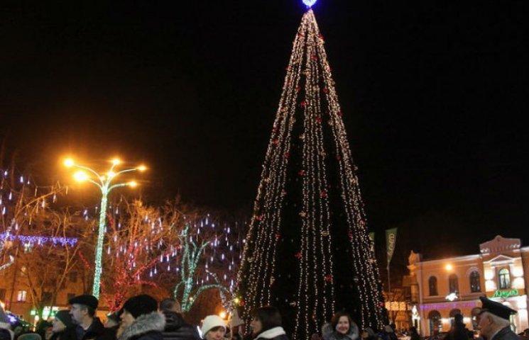 В Полтаве засияла огнями главная елка города