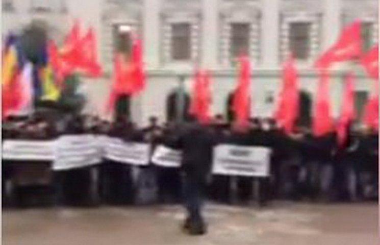 У Дніпрі активісти розігнали мітинг під червоними прапорами