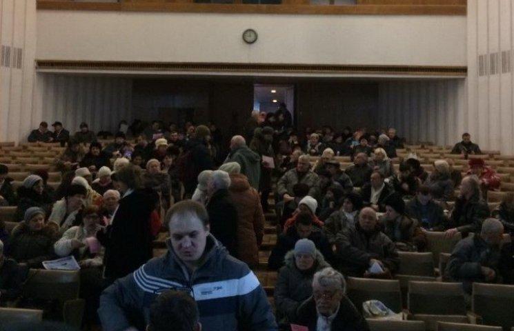 У Дніпрі патріоти змусили учасників проросійського форуму співати гімн України