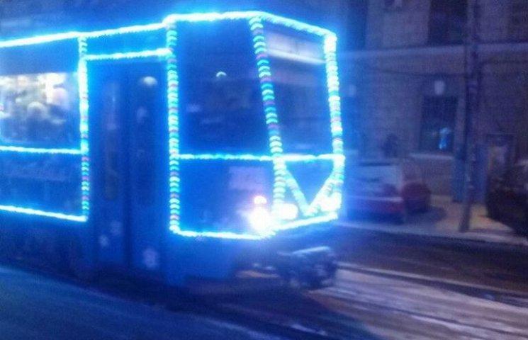 Центром Дніпра курсує святковий трамвай