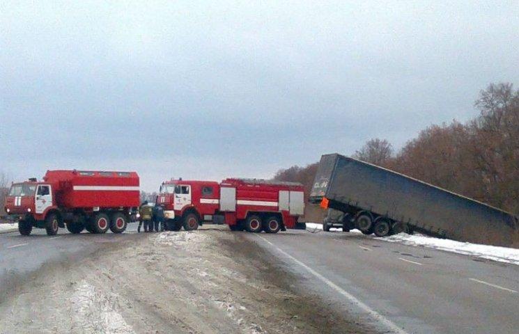 На Полтавщині  рятувальники разом з військовими витягли вантажівку з кювета