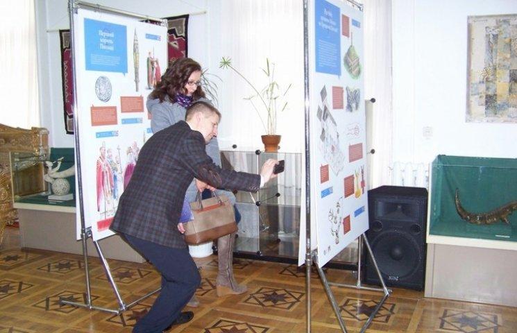 """Вінницьку виставку про хрещення Польщі можуть """"подивитися"""" навіть ті, хто не бачить"""