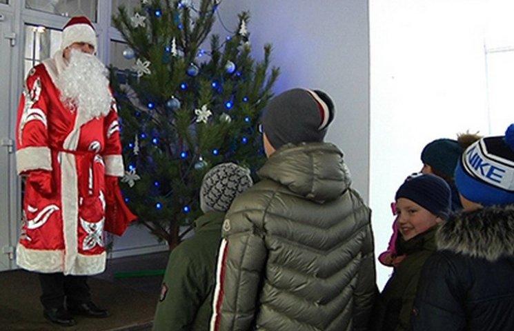 У Дніпрі відвідувачів будівлі поліції зустрічає Дід Мороз