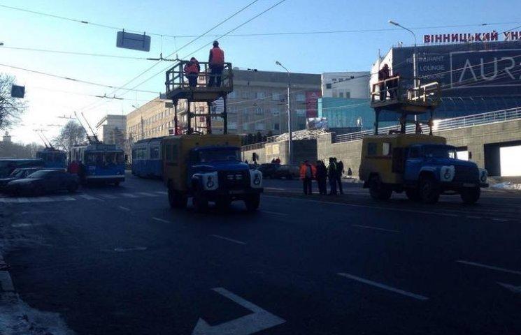 У центрі Вінниці зупинився транспорт