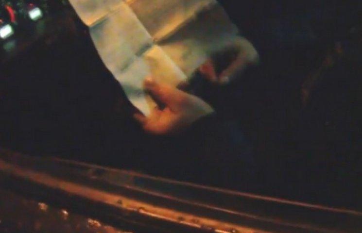 У Дніпрі патрульні зняли на відео намагання водія дати хабара