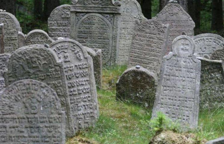 Мешканка Дніпропетровщини відкопала на городі чавунну могилу