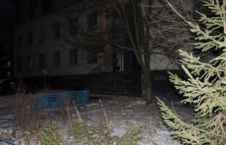 У столиці Західного Донбасу викрали ялинку під відділом поліції