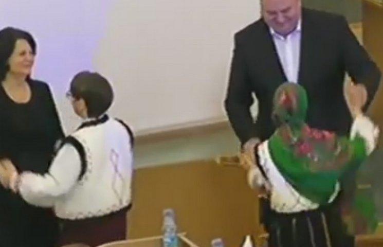 Депутати Хмельницької облради танцюють в…