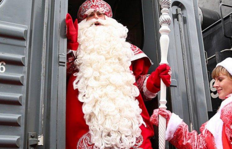 В новорічну ніч пасажирів у поїздах вітатиме Дід Мороз