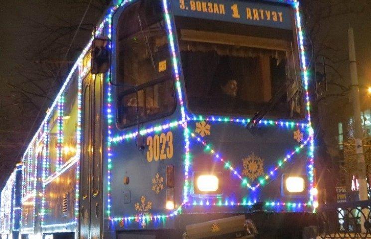 В Днипре Дед Мороз и Снегурочка уже поздравляют с Новым годом в трамваях