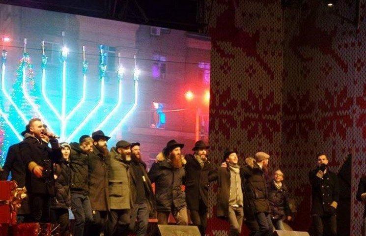 На центральной площади Днипра установили гибридную большую ханукию