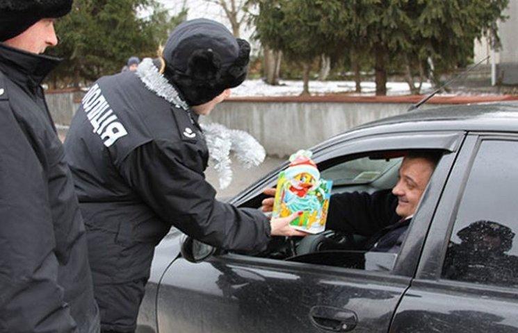 Цукерки від поліцейського: На Вінниччині правоохоронці  одночасно вітали і виховували пішоходів і водіїв