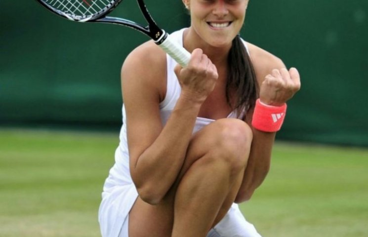 Сім фото довгоногої красуні тенісистки, яка більше не вийде на корт
