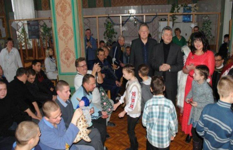 В Полтаве дети поздравили с праздниками воинов АТО, которые находятся в больнице