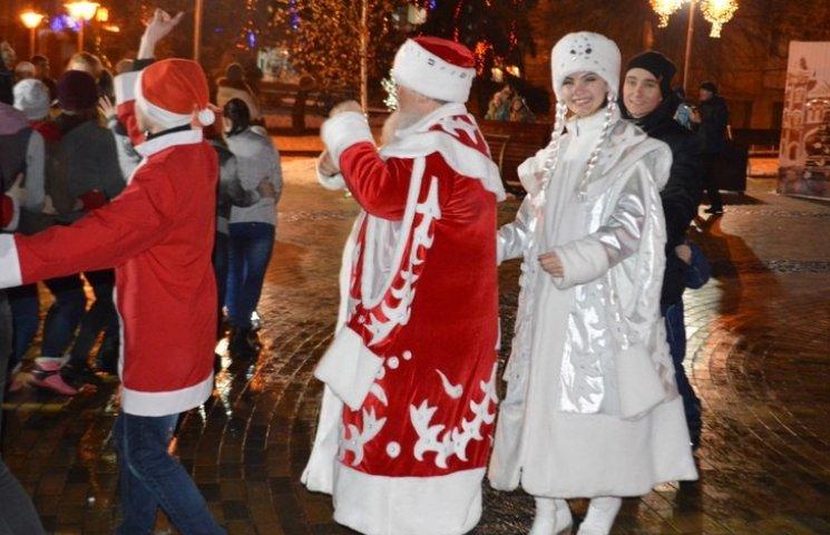 Внучку за ручку – і на парад: Вінницькі Діди Морози і Снігуроньки збираються на святкову ходу