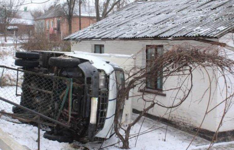 """У Вінниці вантажівка після ДТП """"влетіла"""" на подвір"""