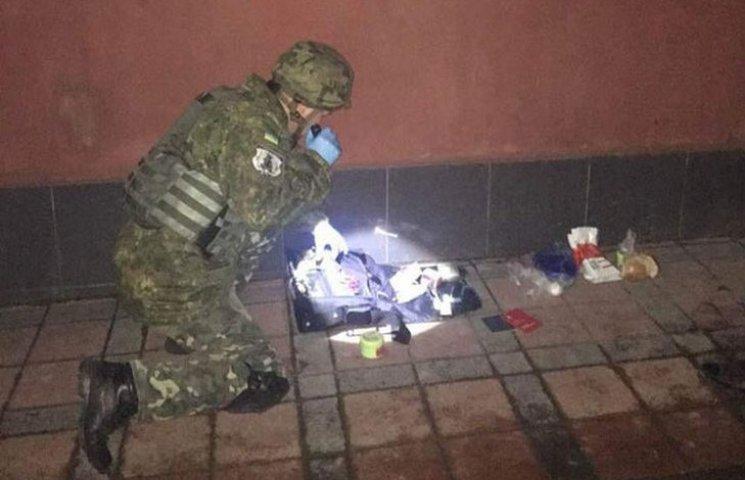 Під носом у СБУ: Валіза під банком примусила евакуювати майже 180 людей