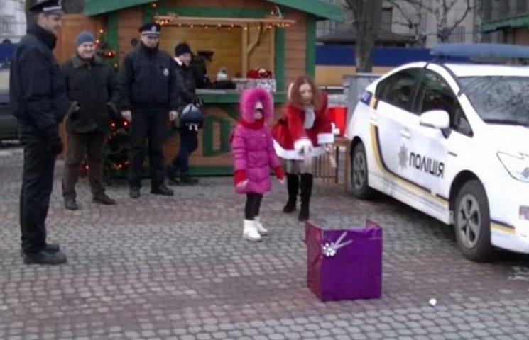 У Дніпрі напередодні Нового року поліцейські гралися у сніжки з перехожими