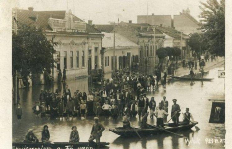 Як на Закарпатті у 1933 році на вулицях плавали у човнах (ФОТО)