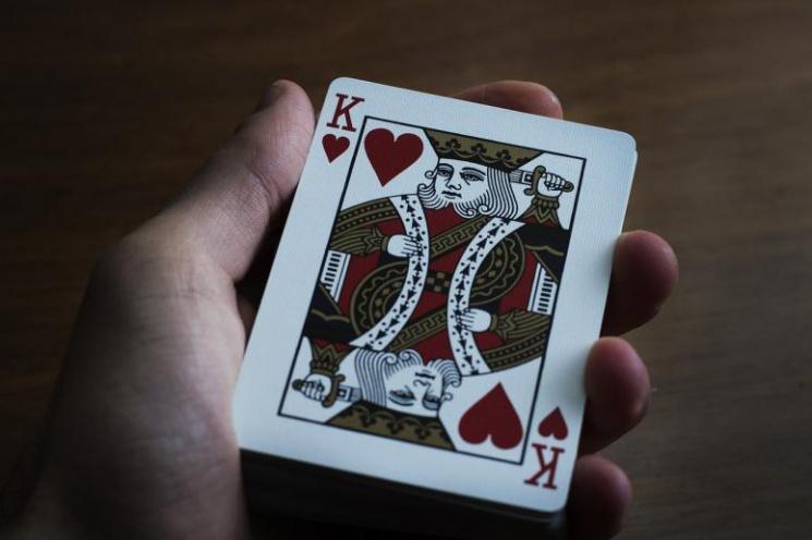 В Краснодаре мужчина во время игры в кар…