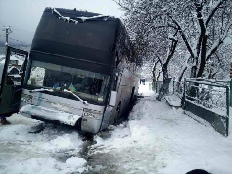 Автобус, направлявшийся изОдессы вИталию, застрял всугробах— Первые снегопады