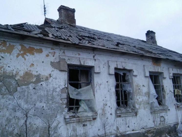 Военные показали последствия обстрела поселка вЛуганской области