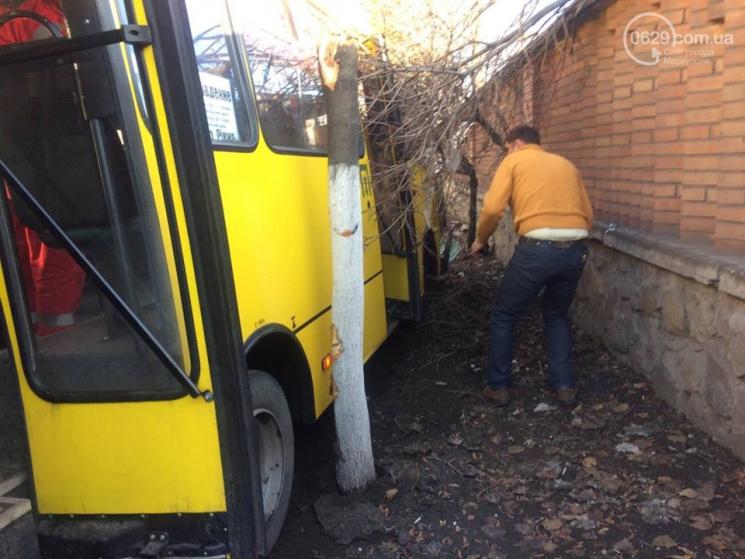 ВМариуполе маршрутка из-за неудачного маневра сбила водителя Дасиа иснесла дерево