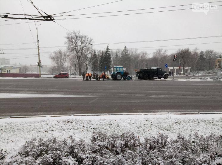 Як у Сумах під час снігопаду асфальтували дороги (ФОТО)