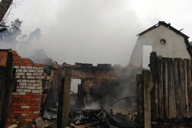 Під Житомиром згоріли гаражі і машини