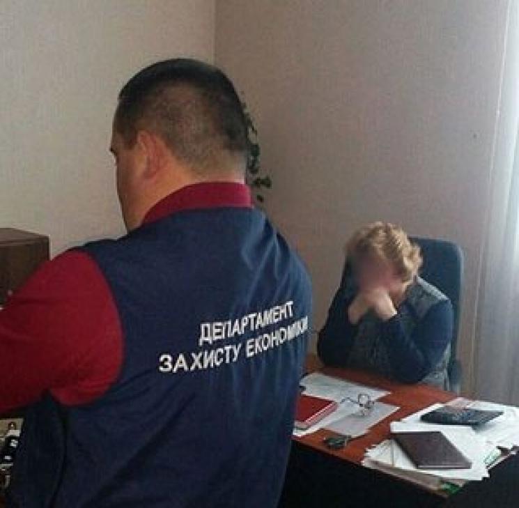 Чернігівська поліція затримала депутатку-посадовицю з хабарем
