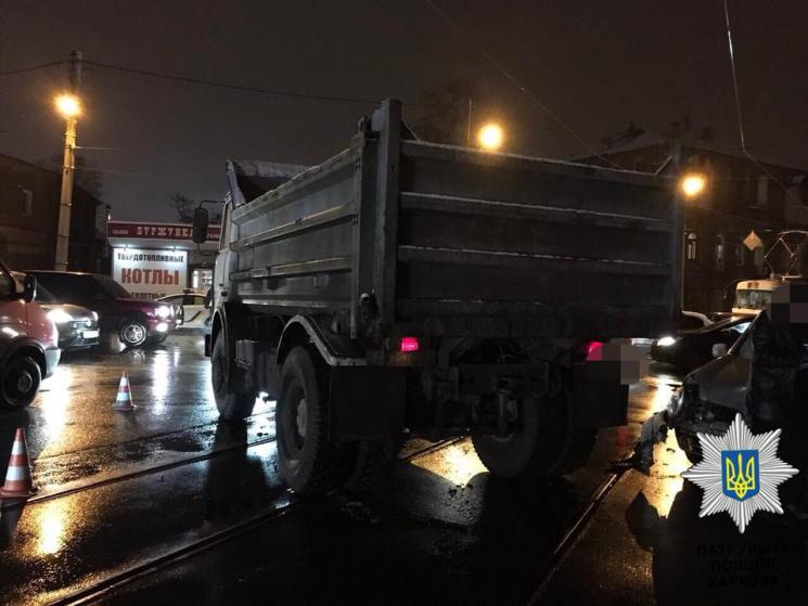 У Харкові нахабний водій влетів у вантажівку та автобус (ФОТО)
