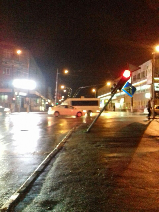 Водій вантажівки наїхав у Хмельницькому на світлофор