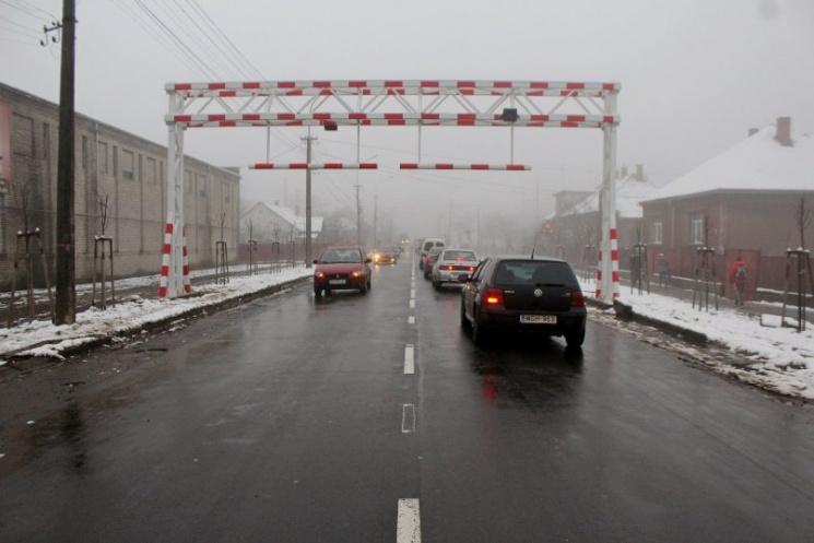 """Мукачево серйозно """"захищається"""" від вантажівок (ФОТО)"""