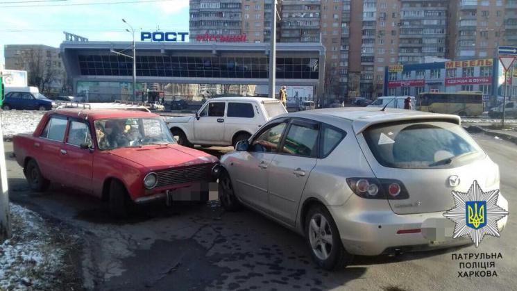 У Харкові неуважний водій Mazda спровокував аварію (ФОТО)