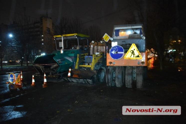 У Миколаєві заасфальтували дорогу прямо під час дощу (ФОТО, ВІДЕО)