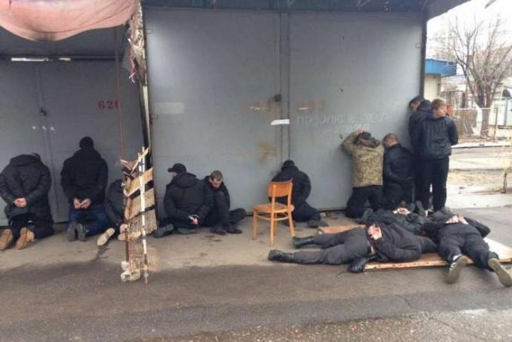 У Миколаєві озброєна банда напала на ринок. Під час штурму адмінбудівлі затримано 18 осіб (ФОТО)