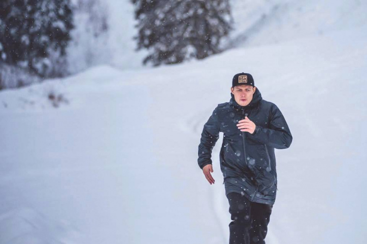 Как Усик бегает по заснеженным склонам Карпат (ФОТО)