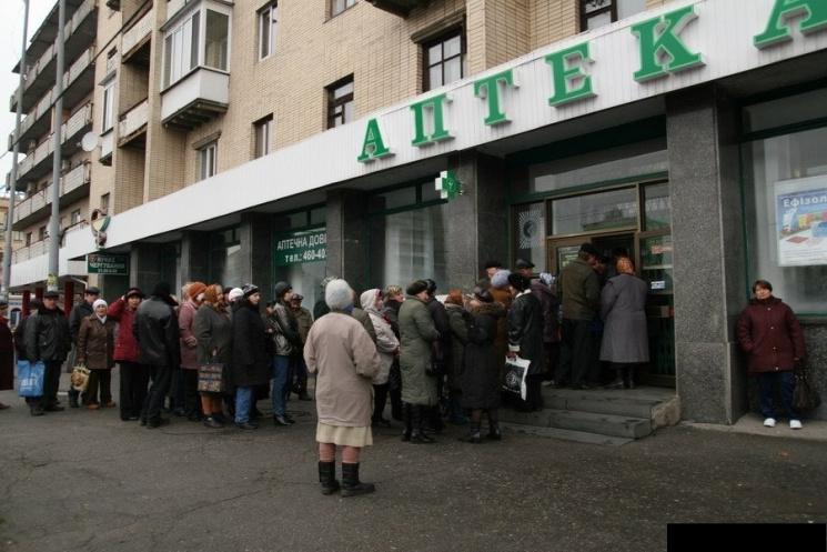 """На Рівненщині люди """"штурмують"""" аптеки…"""